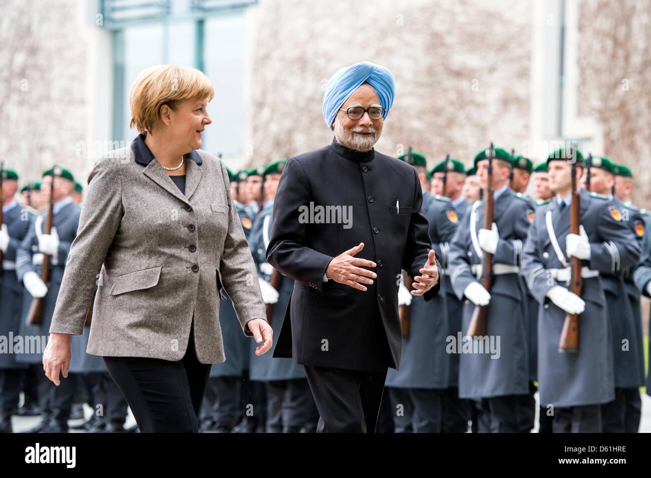 Berlín, Alemania.El 11 de abril de 2013.La canciller alemana, Angela Merkel, saluda al Primer Ministro de India, Imagen De Stock