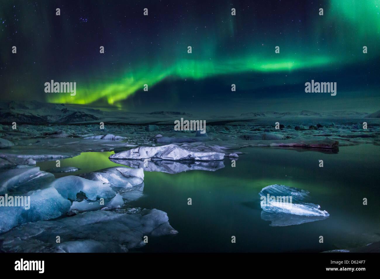 La Aurora Boreal o luces del norte al Jokulsarlon, Breidarmerkurjokull casquete glaciar Vatnajokull, Islandia Imagen De Stock
