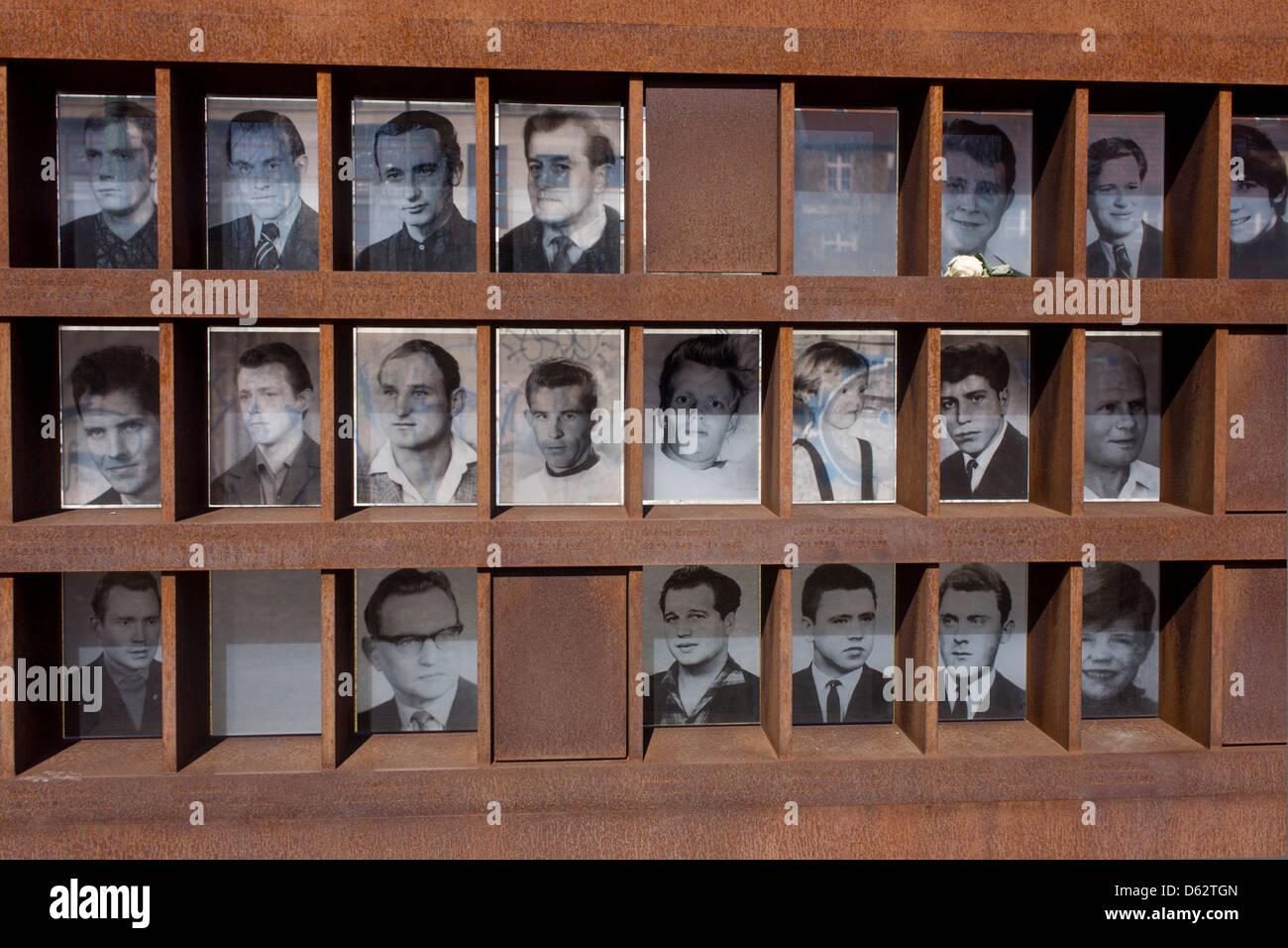 Los rostros y nombres de los que murieron tratando de cruzar el muro de Berlín, la antigua frontera entre Berlín Imagen De Stock