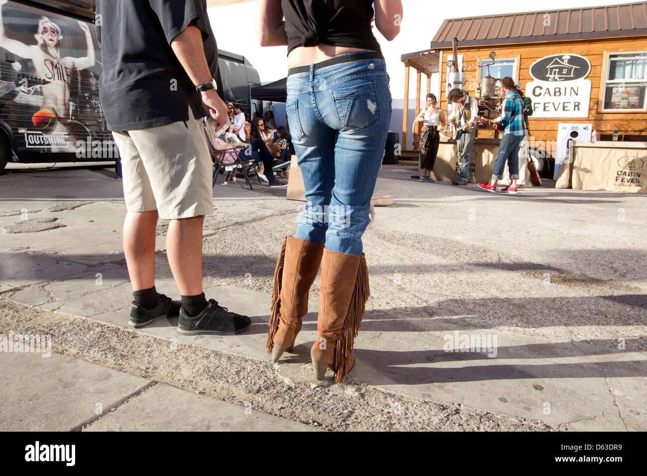 Pareja con mujeres con jeans y botas vaqueras escuchar msica en