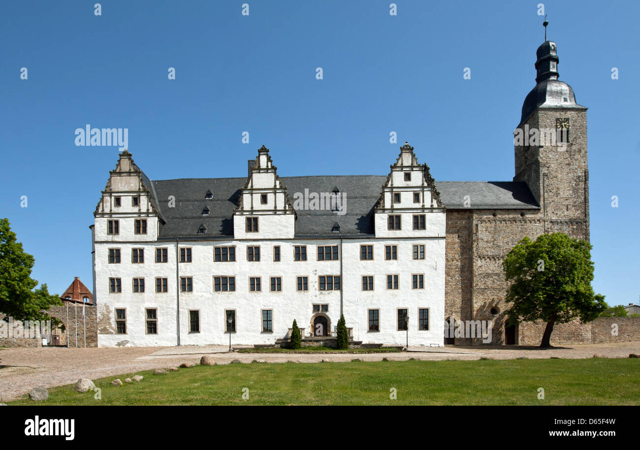 Castillo Leitzkau es retratada en un día soleado en Letzkau, Alemania, 20 de mayo de 2012. El antiguo edificio medieval fue construido como monasterio en 1133 y fue reconstruido por Hilmar von Muenchhausen en estilo renacentista Weser en 1564. Foto: Jens Wolf Foto de stock