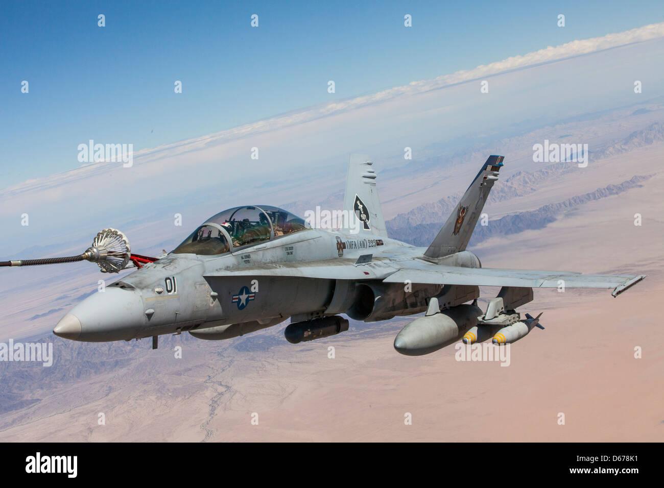 El mayor Eric Geyer, instructor de Hornet F-18 con el Escuadrón 1 de armas y tácticas de Aviación Marina, y el Capitán Kyle Haire, también instructor de Hornet F-18 con MAWTS-1, entrenan en sus aviones durante el curso de instructores de armas y tácticas de primavera organizado por MAWTS-1 en la Estación Aérea del cuerpo de Infantería de Marina Yuma, Arizona, marzo de 30. WTI se aloja dos veces al año, una vez en la primavera y otra en el otoño. Foto de stock