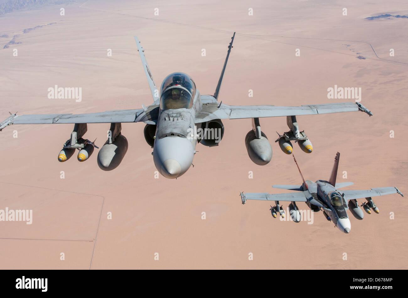 El mayor Eric Geyer, un instructor de Hornet F-18 con el Escuadrón 1 de armas de Aviación Marina y tácticas, y el Capitán Kyle Haire, también un instructor de Hornet F-18 con MAWTS-1, arriba a la izquierda, Y el mayor Clint Webber, el departamento de aviación táctica jefe de MAWTS-1, abajo a la derecha, entrena en sus aviones durante el curso de primavera de instructores de armas y tácticas organizado por MAWTS-1 en la Estación Aérea del cuerpo de Infantería de Marina Yuma, Arizona, marzo de 30. WTI se aloja dos veces al año, una vez en la primavera y otra en el otoño. Foto de stock