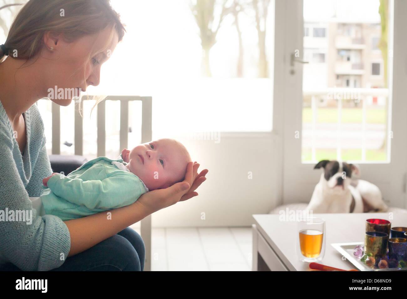 Felices padres jóvenes y su pequeño bebé Imagen De Stock