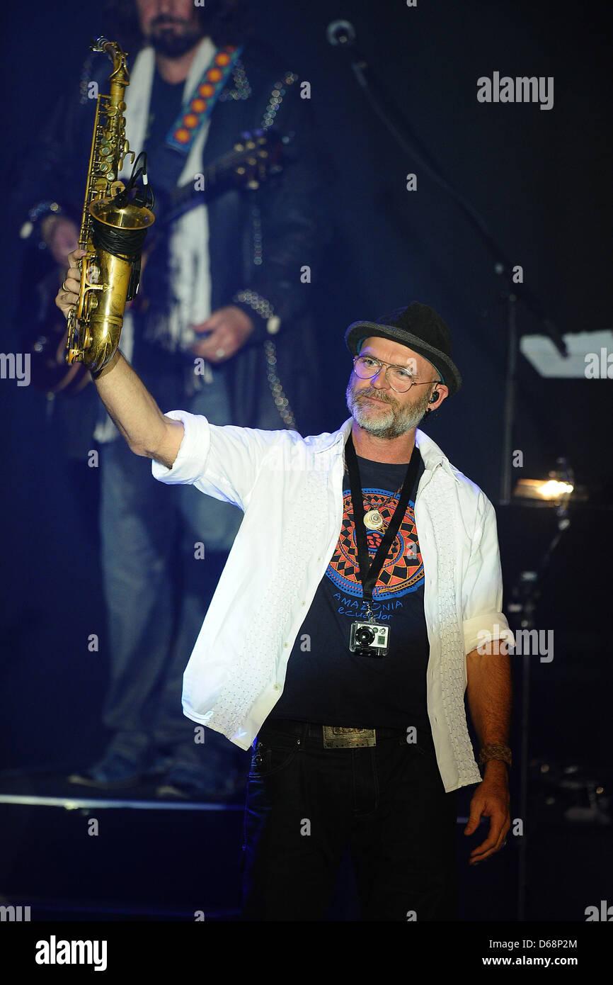 El saxofonista Todd Cooper realiza en el escenario durante el Alan Parsons Live Project tour 2012 en Circus Krone en Munich, Alemania, el 19 de julio de 2012. Foto: Revierfoto Foto de stock