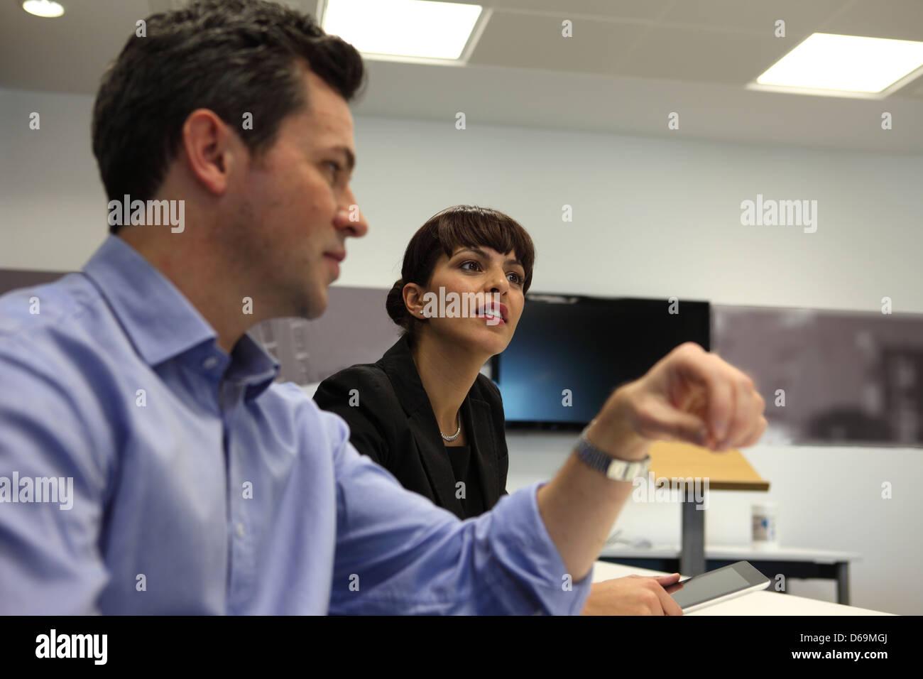 La gente habla en reunión de negocios Foto de stock
