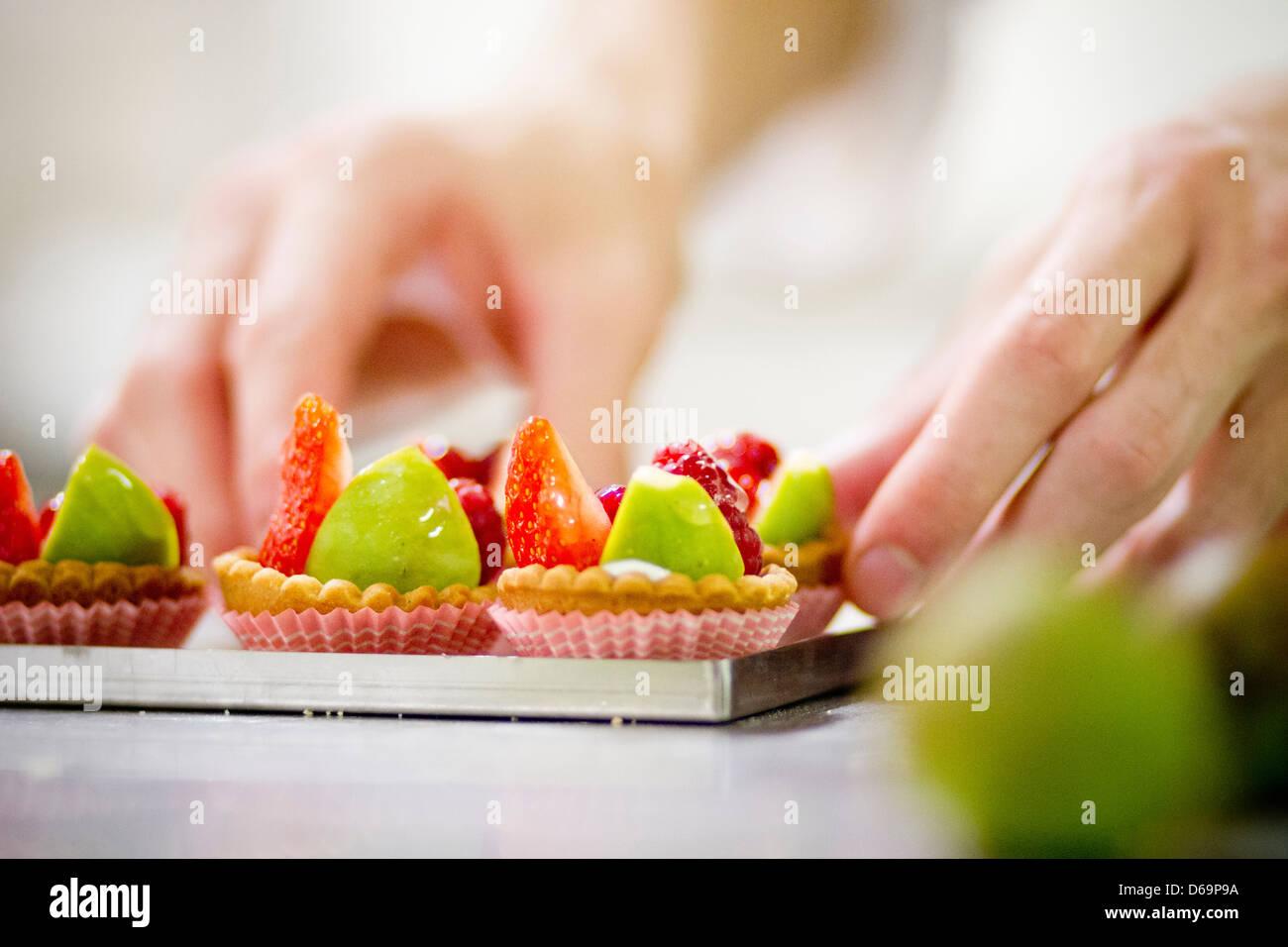 Baker haciendo tartas de fruta en la cocina Foto de stock