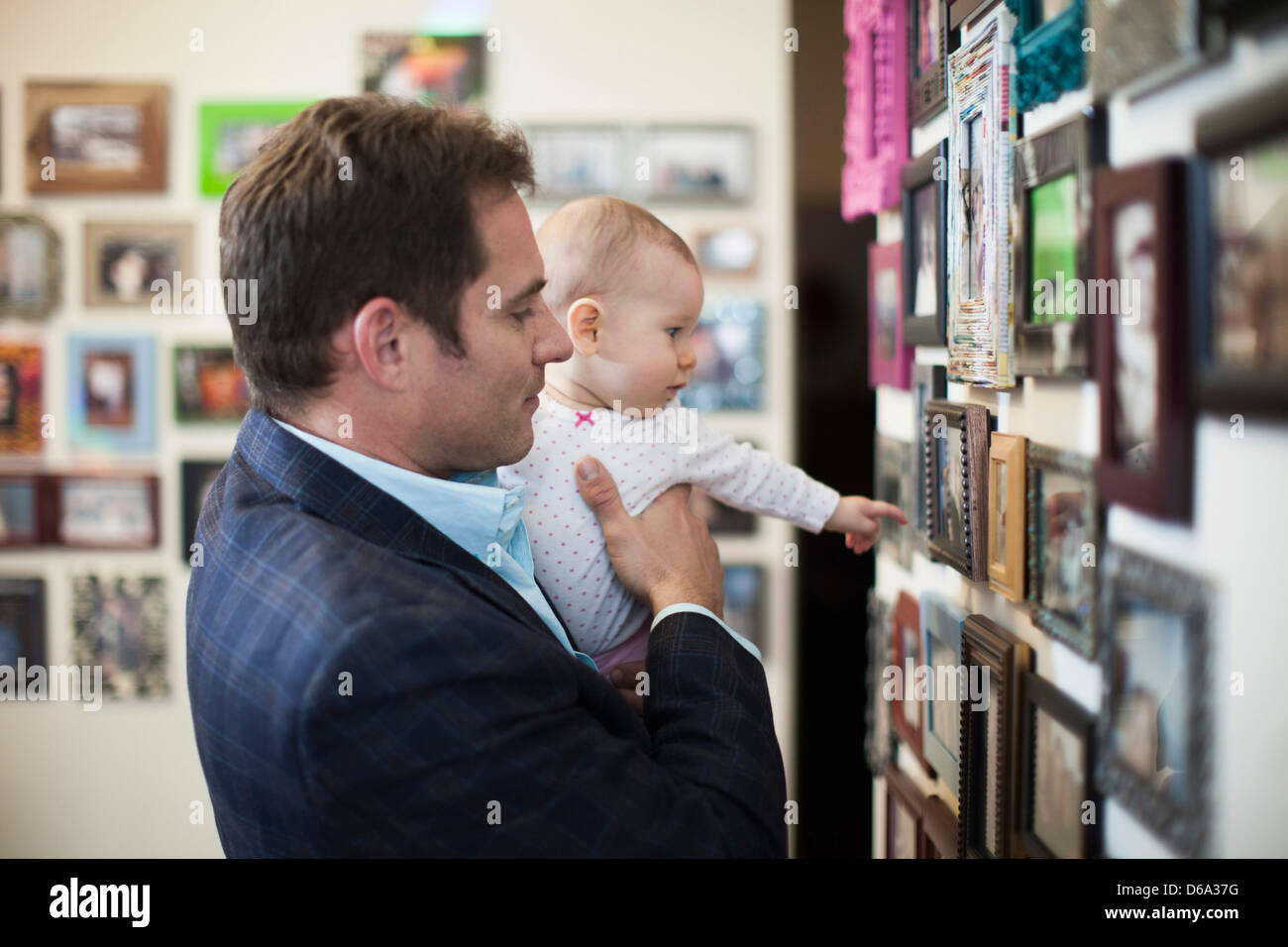 El empresario y el bebé mirando las fotos Imagen De Stock
