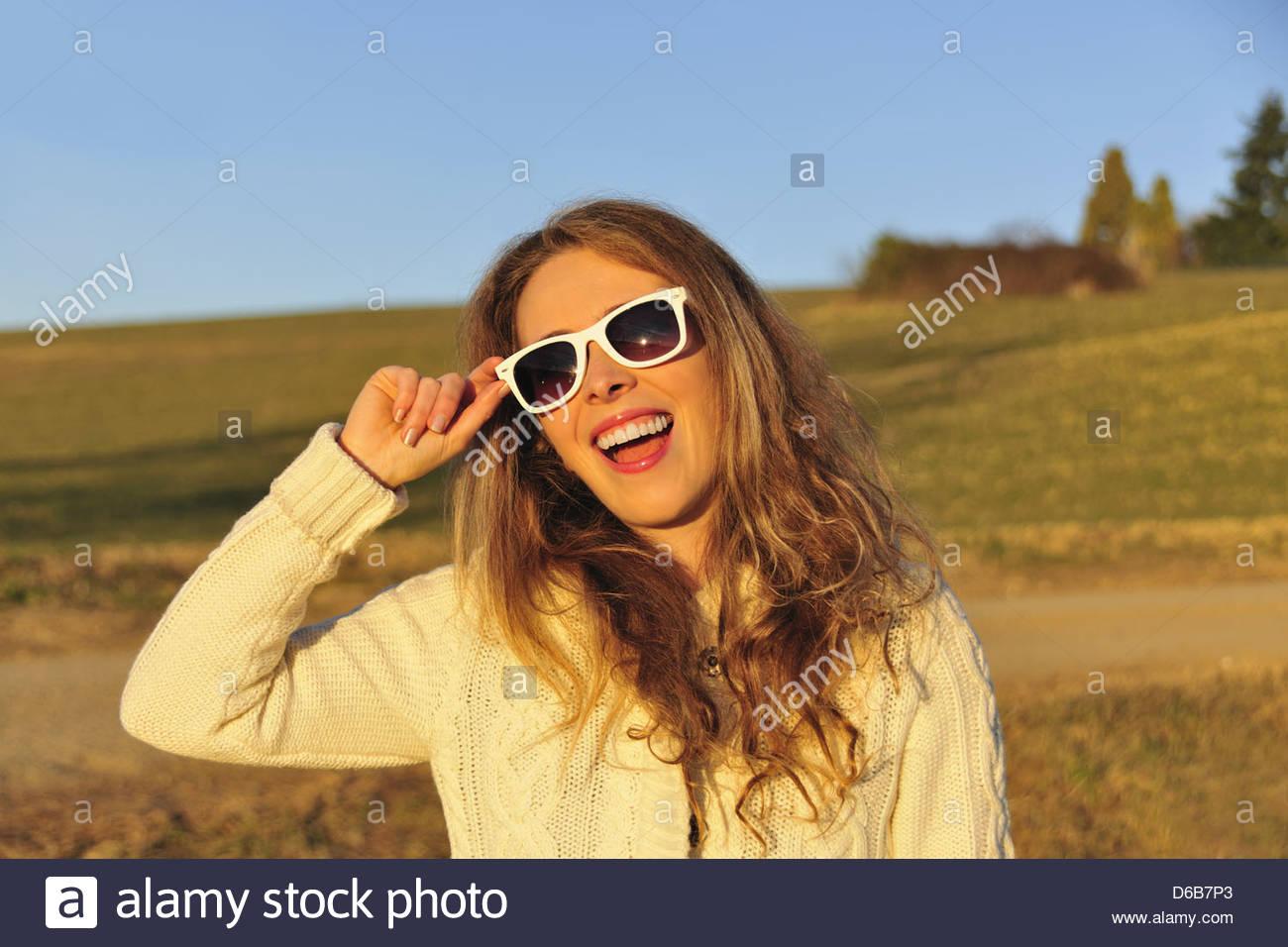 Mujer con gafas de sol en ámbito rural Imagen De Stock