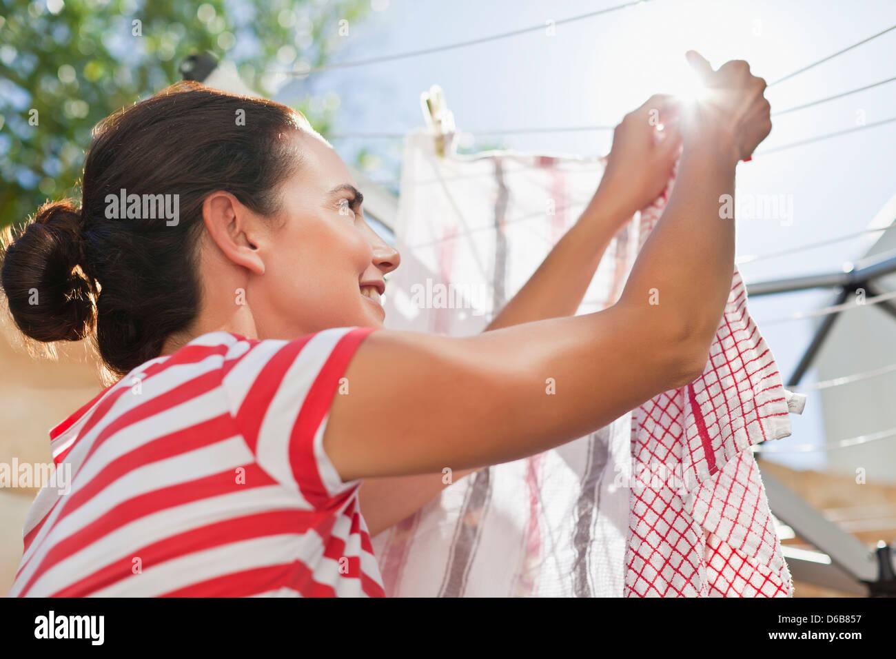 Mujer con ropa colgada en la línea Imagen De Stock