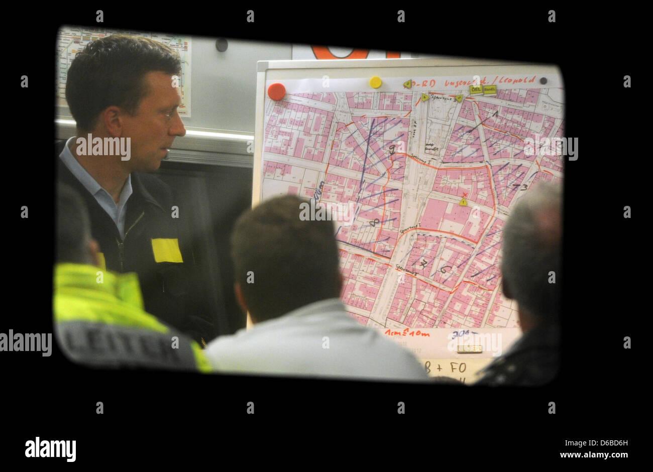 Acción obliga a planificar su funcionamiento después de una bomba de 250 kg había sido descubierto en Munich, Alemania, a comienzos del 28 de agosto de 2012. El dud se encontró durante las obras de construcción de los locales de un antiguo pub causando alrededor de 2.500 personas a evacuar sus hogares. Foto: Marc Mueller Foto de stock