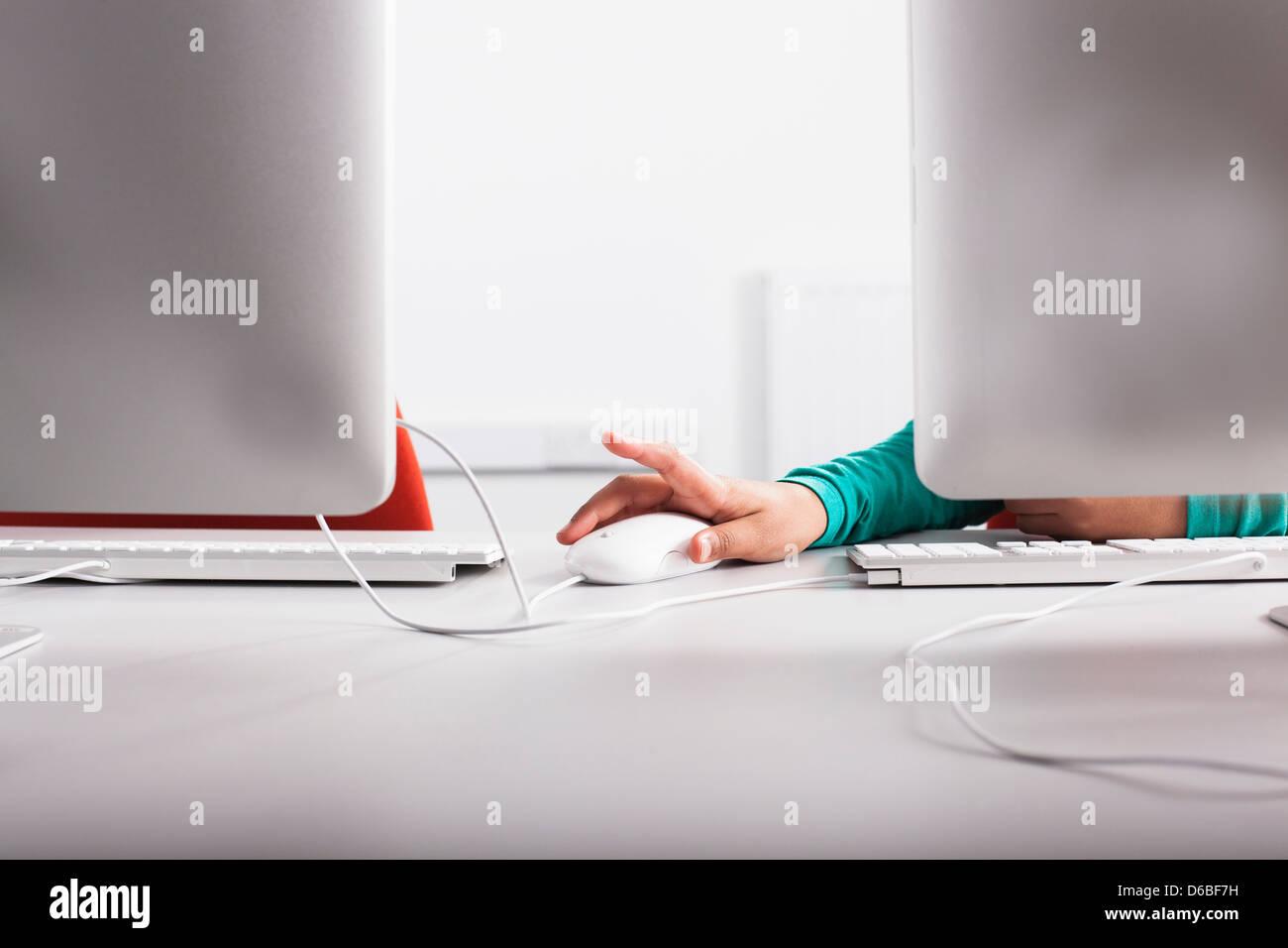 Chica utilizando equipo de escritorio Imagen De Stock
