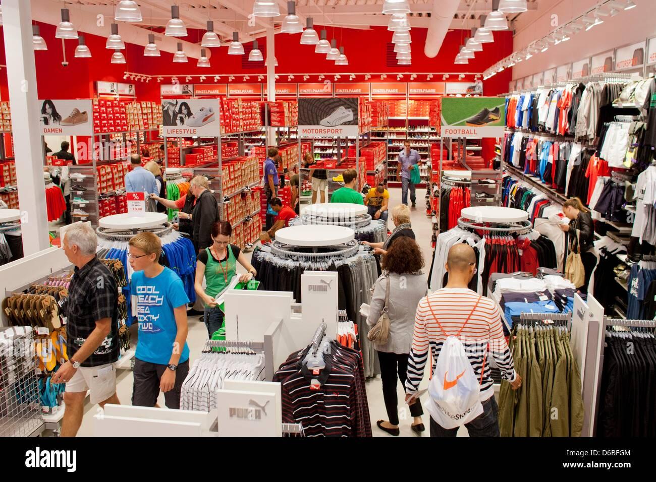 05d5e8d02 Compradores de ropa en la tienda de la compañía de ropa deportiva Puma en  el Foc Ochtrup en Ochtrup (Alemania)