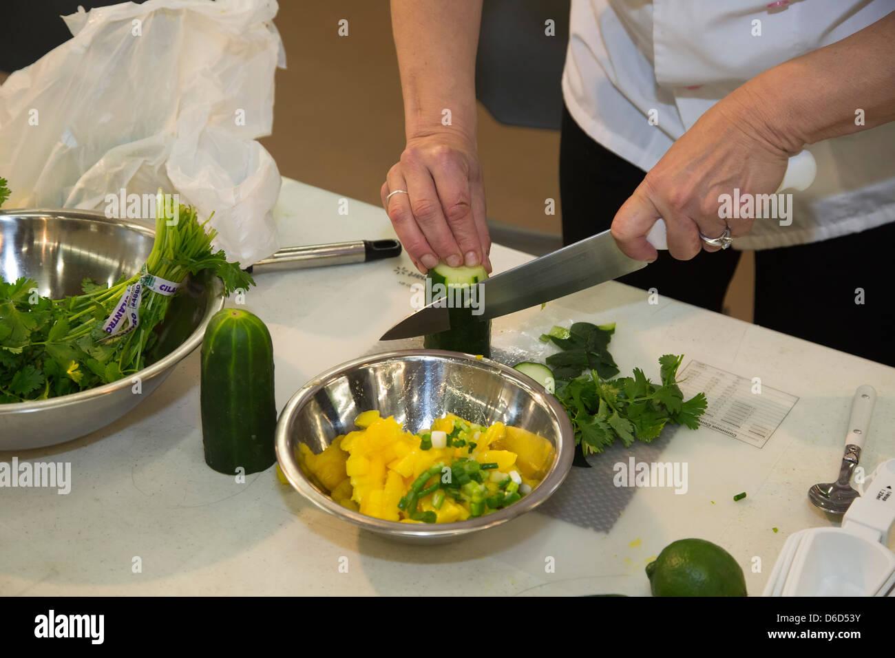 Una demostración de cocina en la sección de ultramarinos de una ...