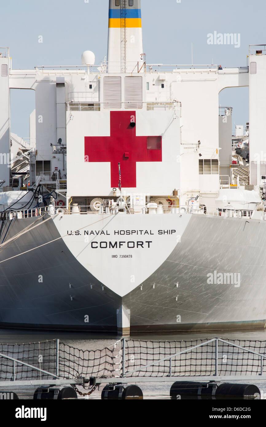 Los Estados Unidos barco hospital Comfort de puerto en la Estación Naval de Norfolk. Imagen De Stock