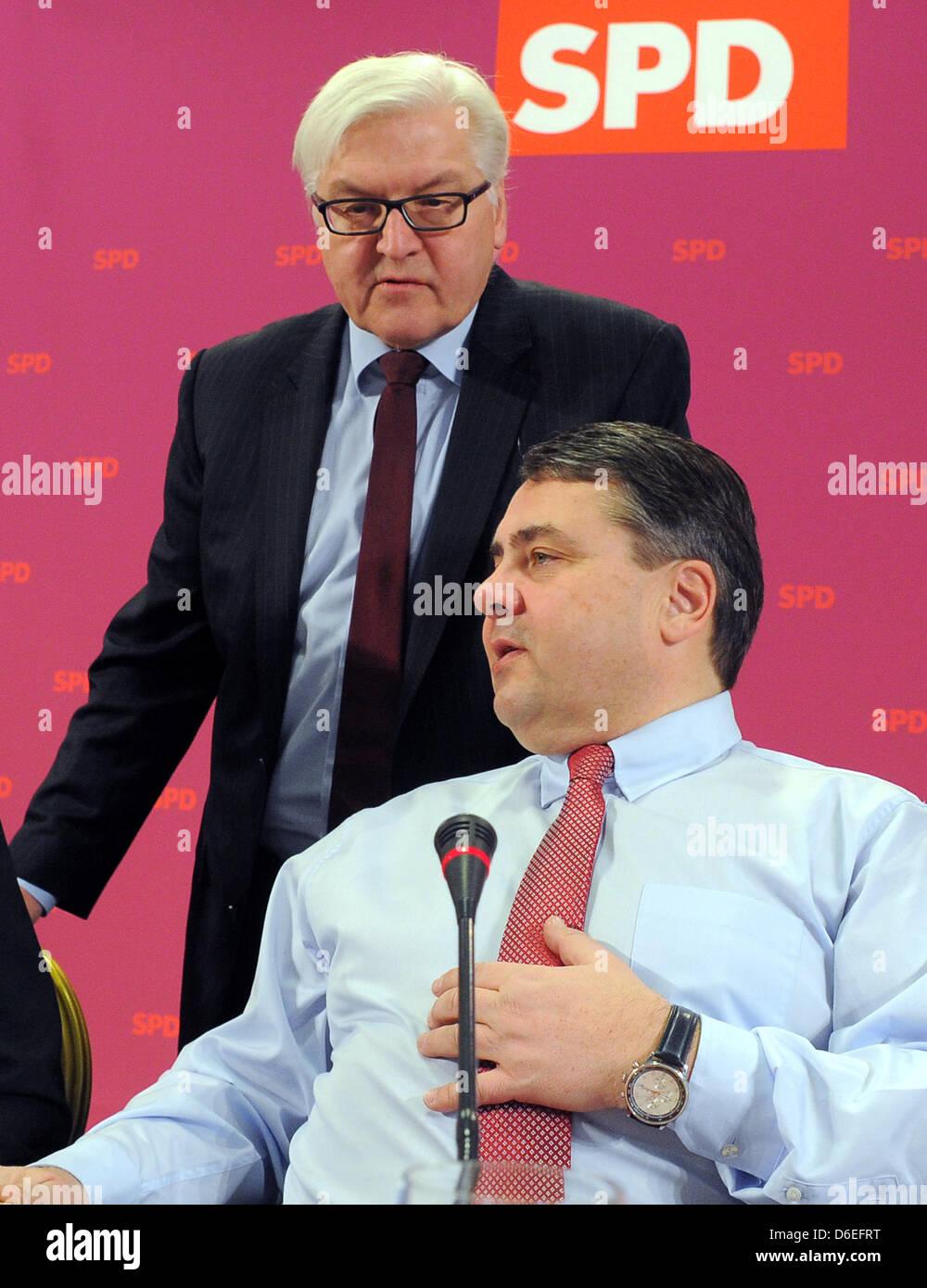 El presidente del Partido Social Demócrata de Alemania (SPD), Sigmar Gabriel (R) habla con fracción presidente Frank Walter Steinmeier en la primera convención de SPD 2012 en el Inselhotel en Potsdam, Alemania, el 30 de enero de 2012. Foto: BERND SETTNIK Foto de stock