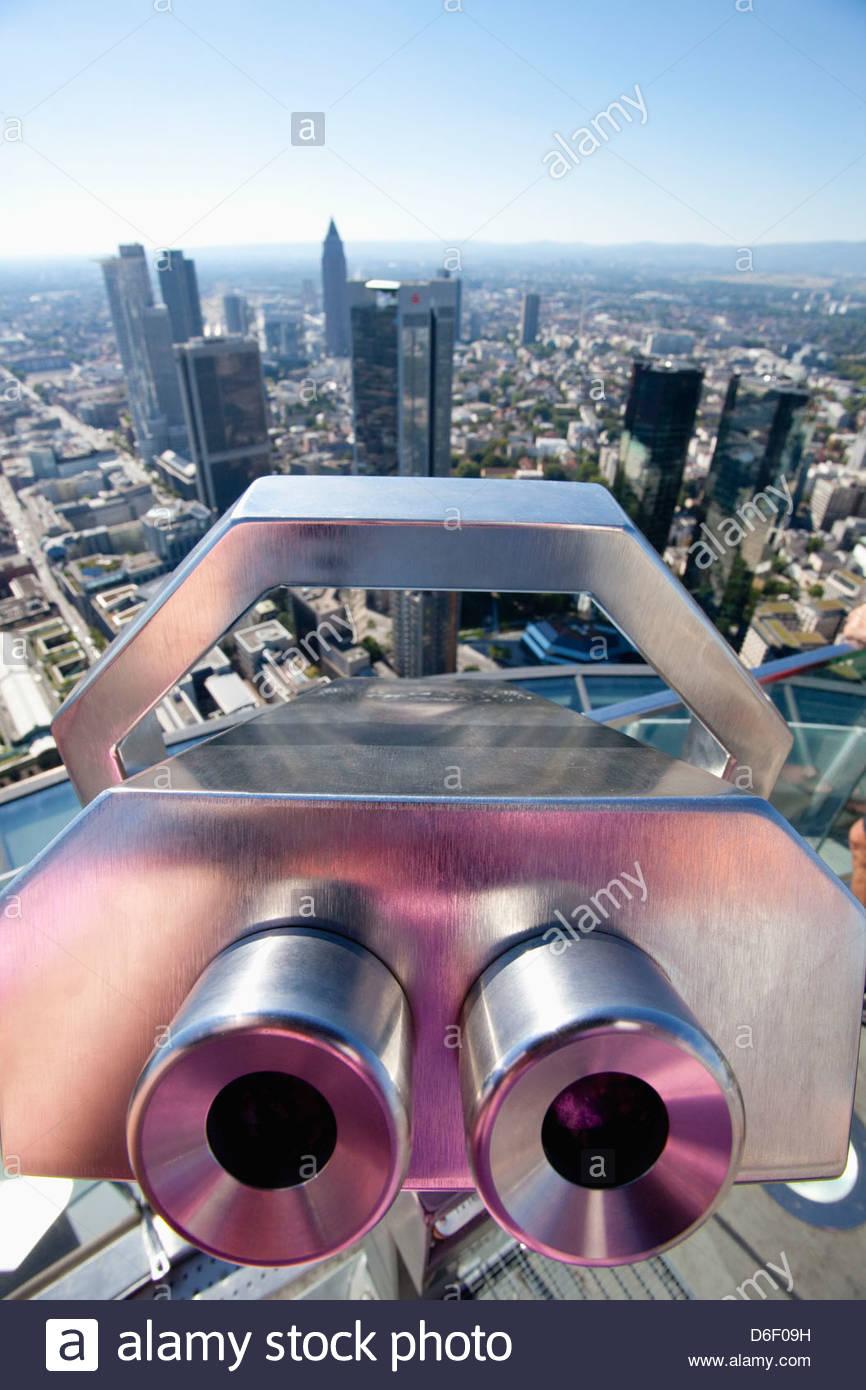Telescopio binoculares al paisaje urbano de Frankfurt skyline Imagen De Stock