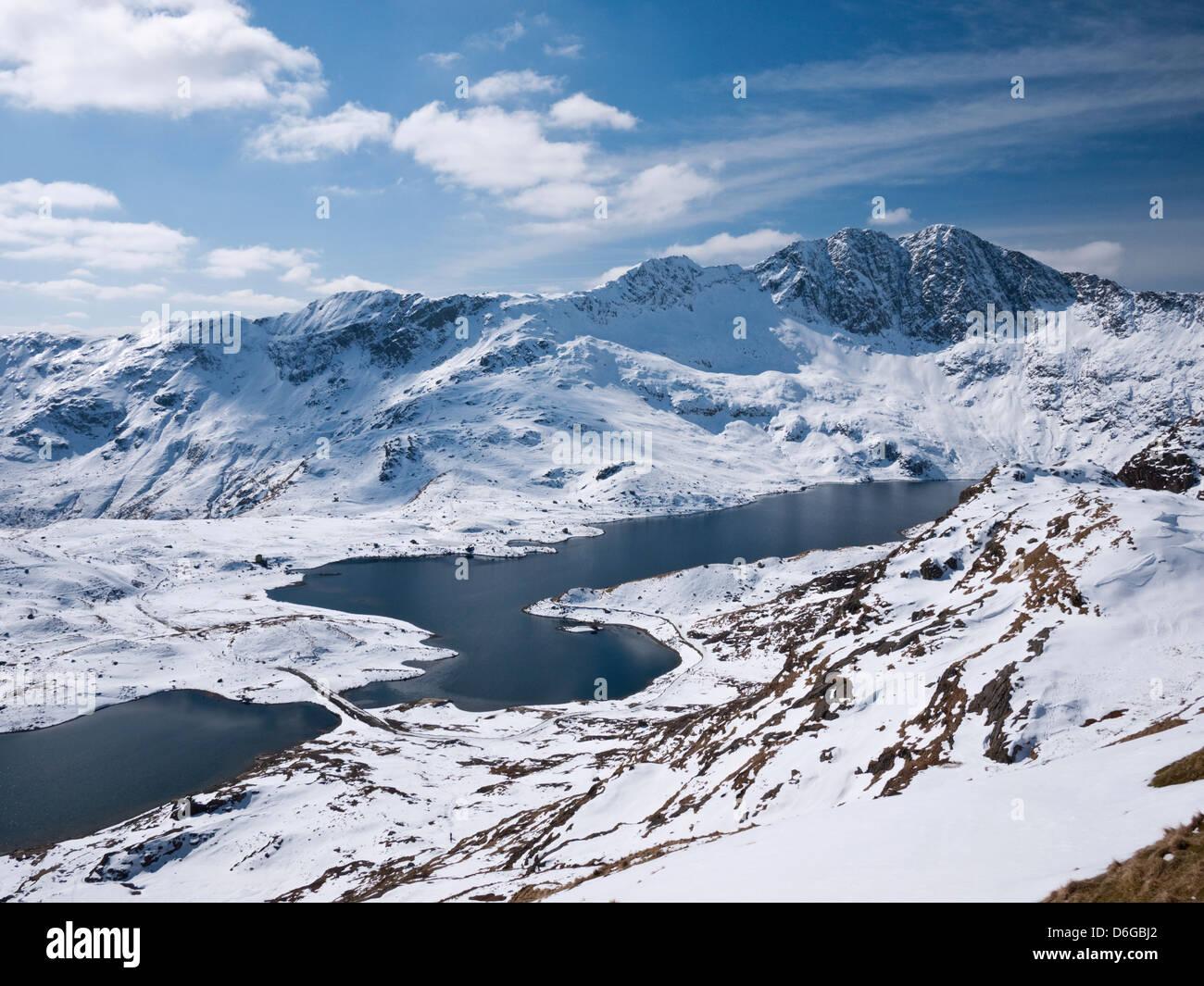 Snowdon en condiciones invernales - vistas de Llyn Llydaw hasta y desde la pista de Pyg Lliwedd Foto de stock