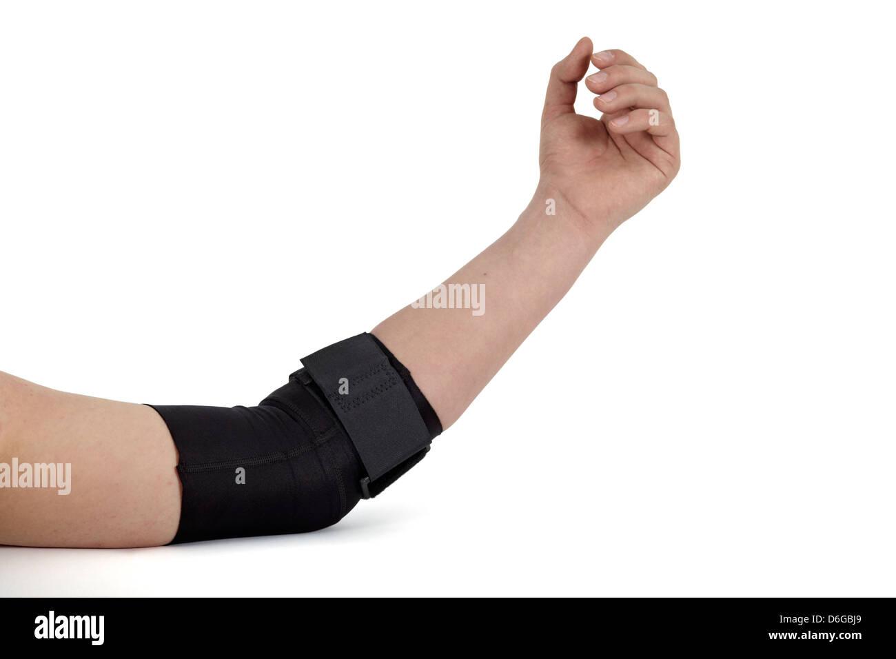 Codo de apoyo. Medical venda alrededor del brazo de una mujer. Imagen De Stock