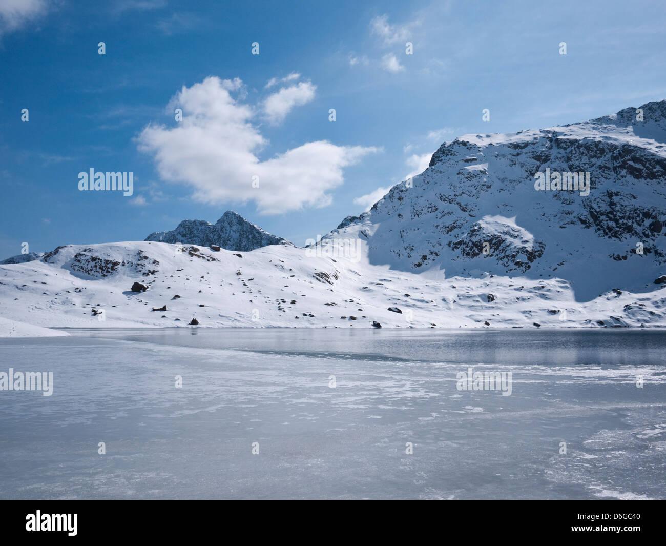 Snowdon en condiciones invernales - Cribau (la cresta Gribin) sube por encima de un Glaslyn congelados. Y Lliwedd Foto de stock