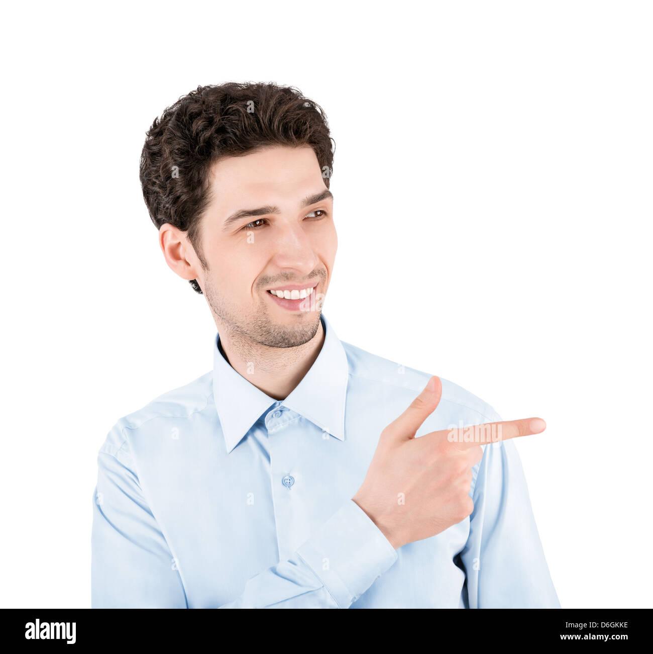 Close-up retrato de un exitoso empresario guapo, sonriente y señalando al espacio de copia. Aislado sobre fondo Imagen De Stock
