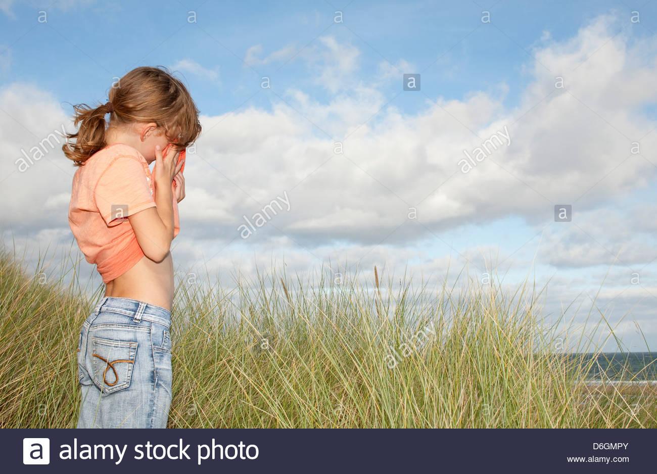 Niña llorando (9-10) Bahía de Lunan Angus Escocia UK Imagen De Stock