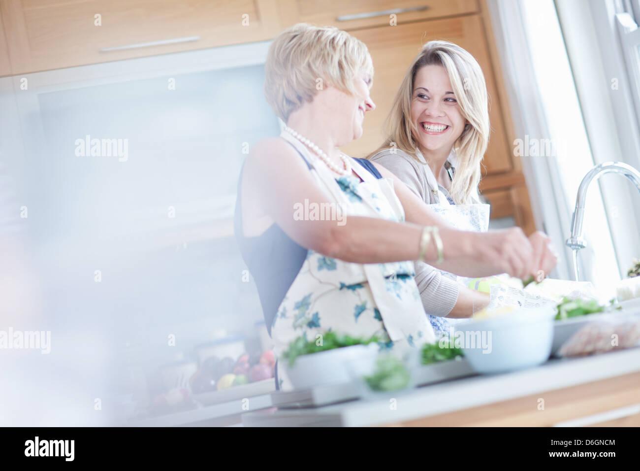 Madre e hija cocinar en la cocina Imagen De Stock
