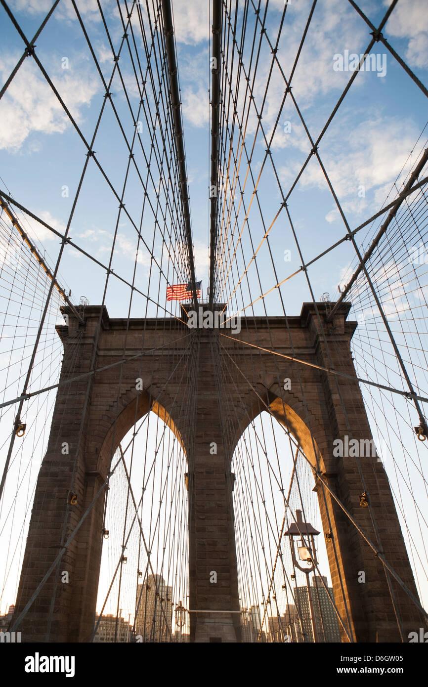 Puente de Brooklyn bajo un cielo azul Imagen De Stock