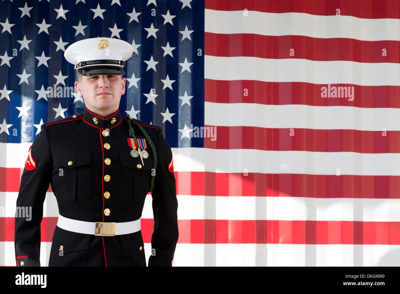 Vestido de militar en el blues por US Flag Imagen De Stock