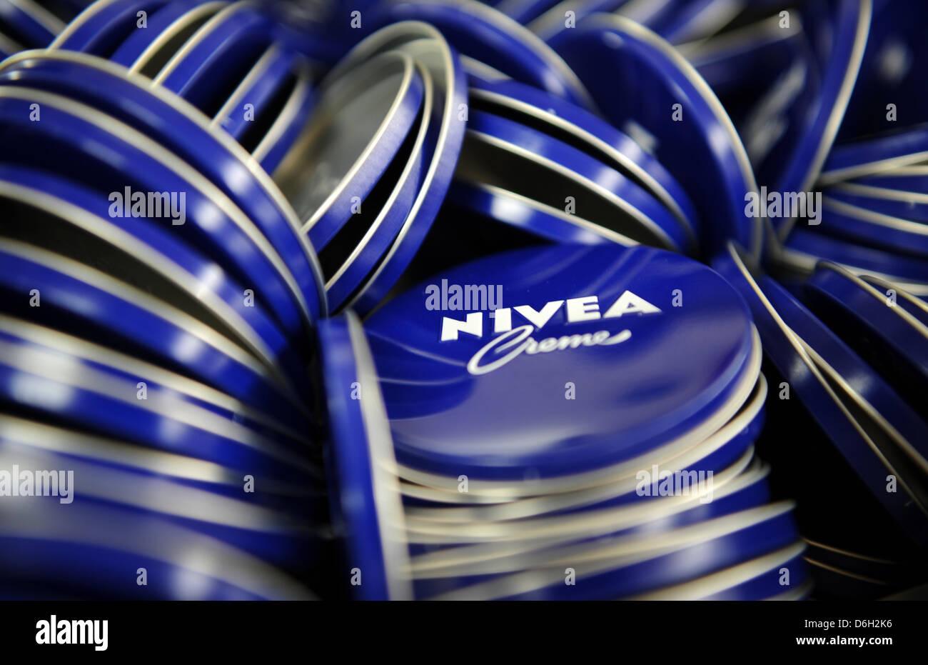 (Archivo) Un archivo foto de fecha 19 de enero de 2012 muestra las tapas de latas de crema Nivea caer en una jaula Foto de stock