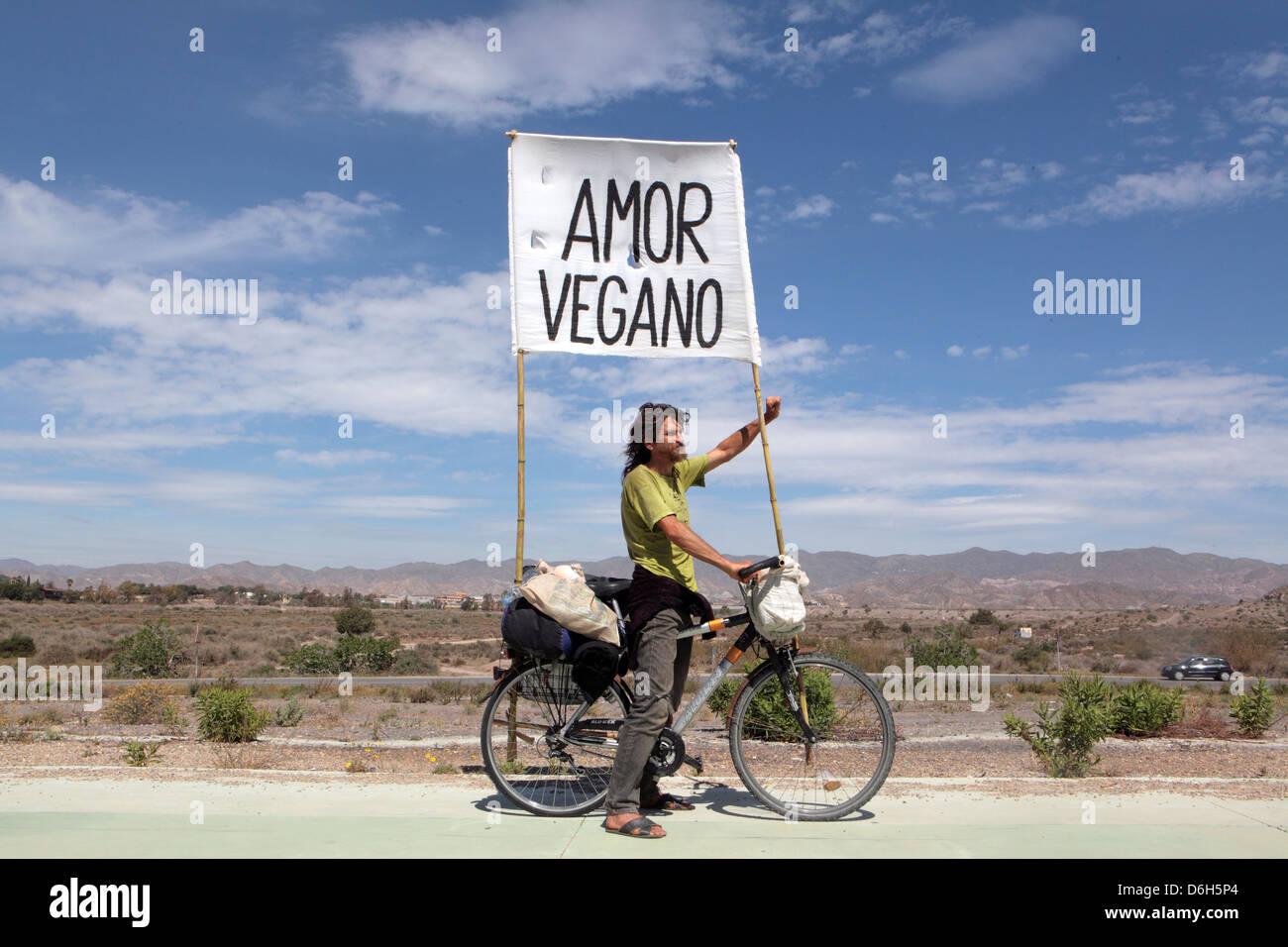 'Amor' ciclista Vegano idealista llevar banner a través de España promoción vegan dieta vegetariana Imagen De Stock