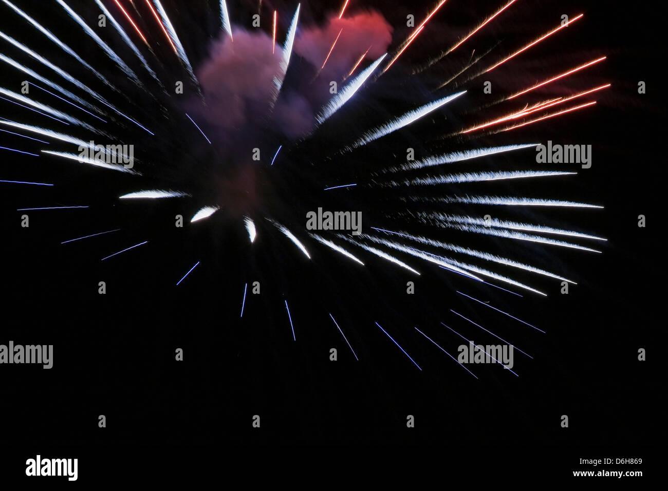 Explosión de fuegos artificiales en el cielo de la noche Foto de stock