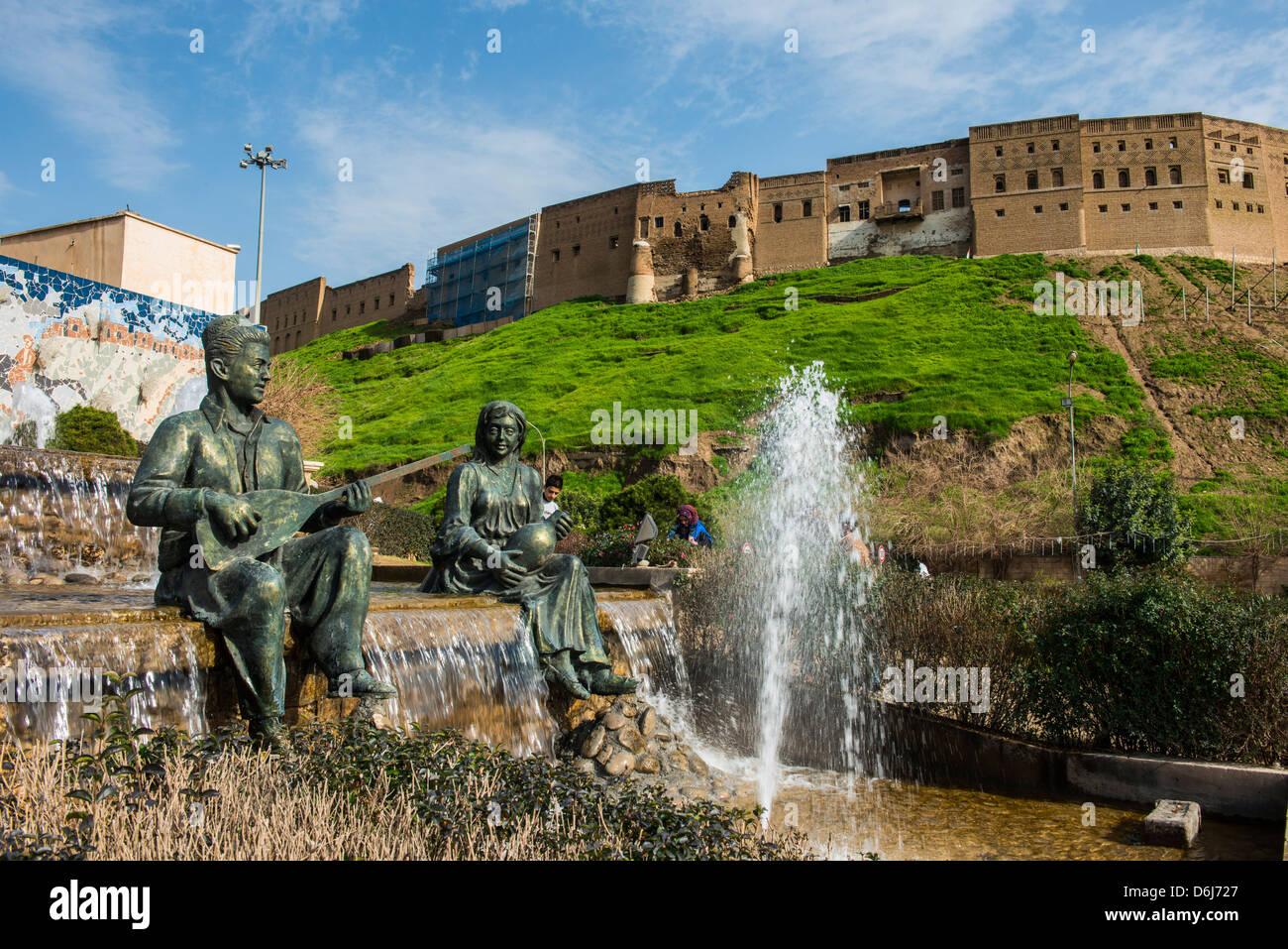 Estatuas y fuentes por debajo de la ciudadela de Erbil (Hawler), capital de Irak, Kurdistán, Iraq, Oriente Medio Foto de stock