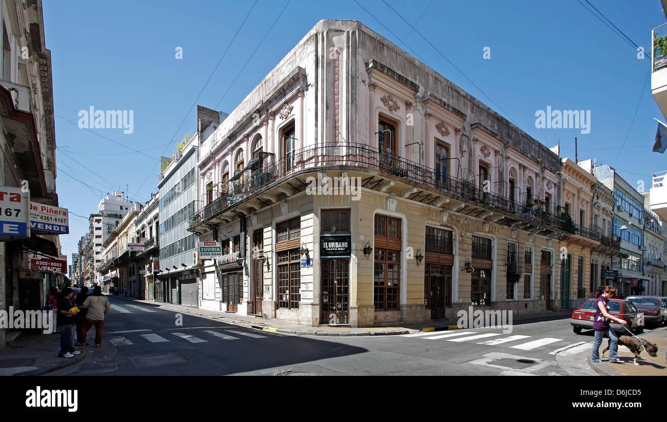 (Archivo) - Un archivo de imagen, de fecha 16 de noviembre de 2008, muestra a los peatones caminando por las calles Foto de stock