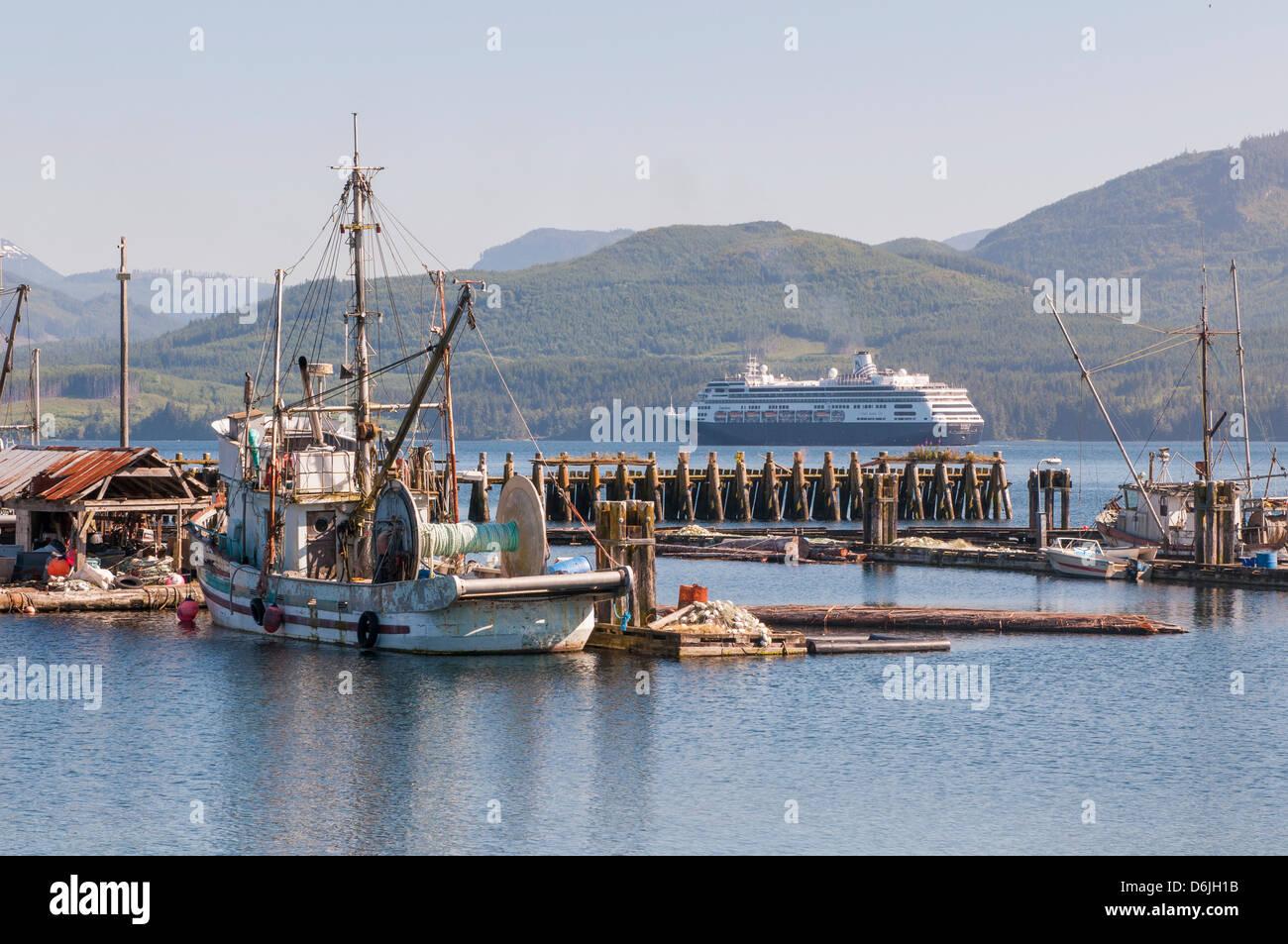 Pasando el puerto de cruceros, Alert Bay, British Columbia, Canadá, América del Norte Imagen De Stock