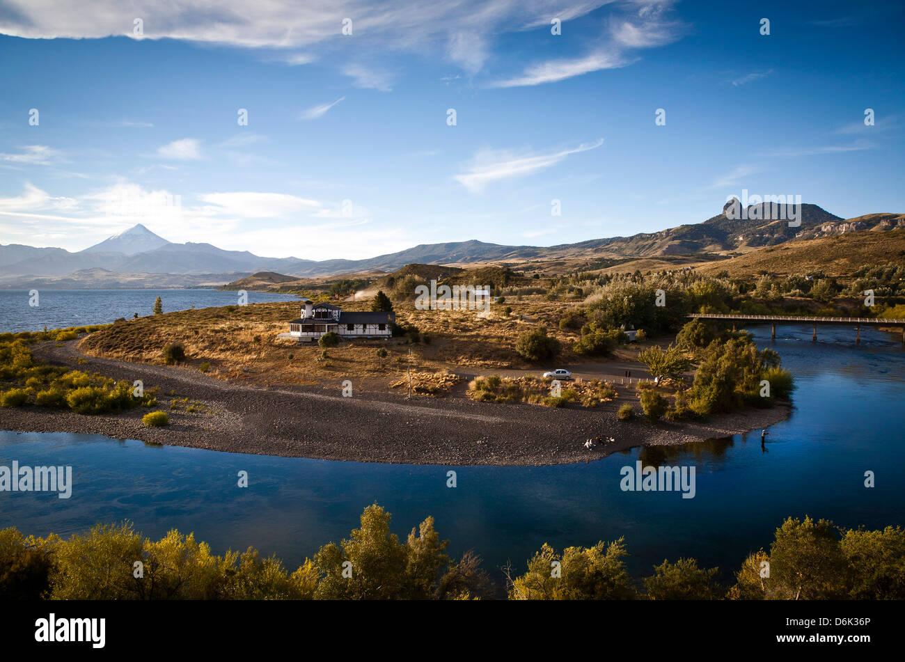 Vistas al volcán Lanín y Lago Huechulafquen, Parque Nacional Lanin, Patagonia, Argentina, Sudamérica Imagen De Stock