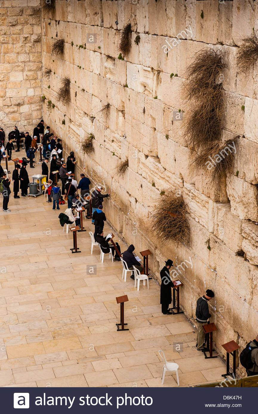 Los hombres judíos orando en la sección masculina del Muro Occidental (muro de las Lamentaciones), la Imagen De Stock