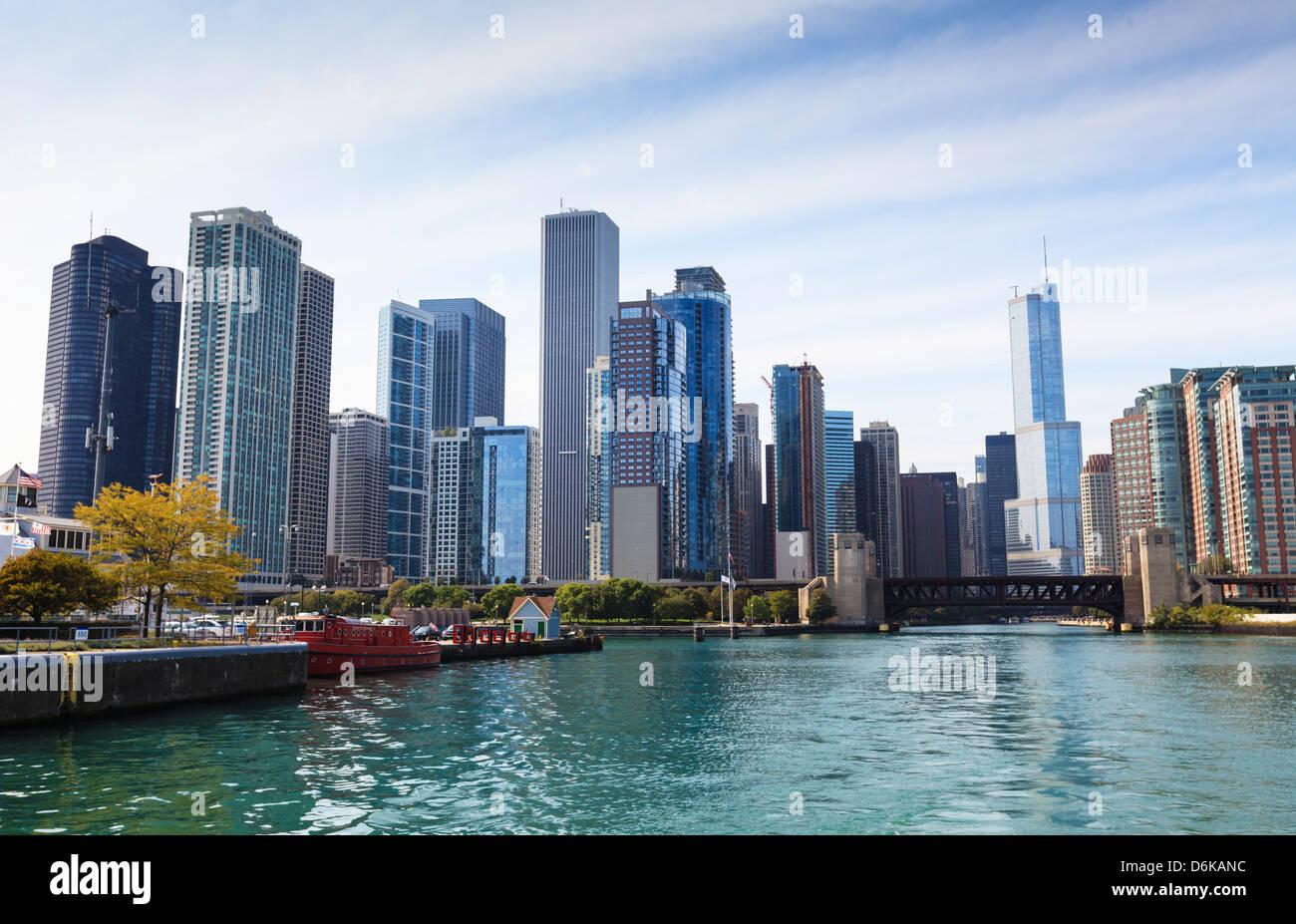 El horizonte de la ciudad desde el río de Chicago, Chicago, Illinois, Estados Unidos de América, América Imagen De Stock