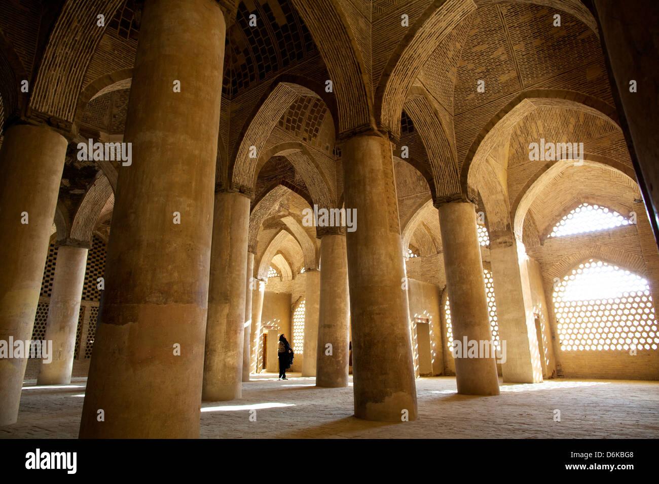 En la gran sala de columnas de la Gran Mezquita, Isfahan, Irán, Oriente Medio Imagen De Stock