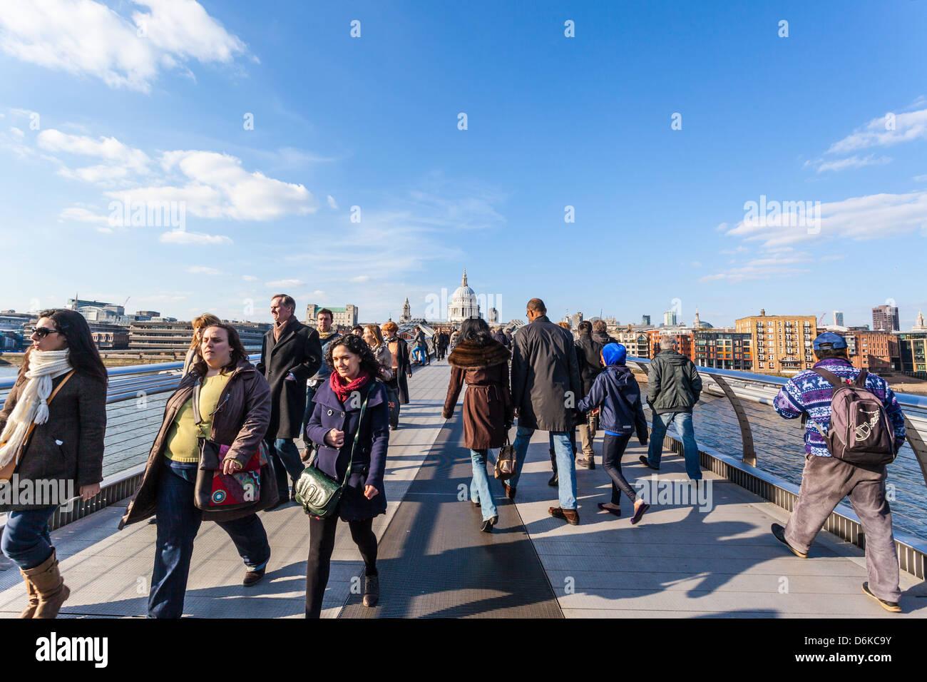 Los peatones cruzando el puente del milenio, Londres, Inglaterra, Reino Unido. Imagen De Stock