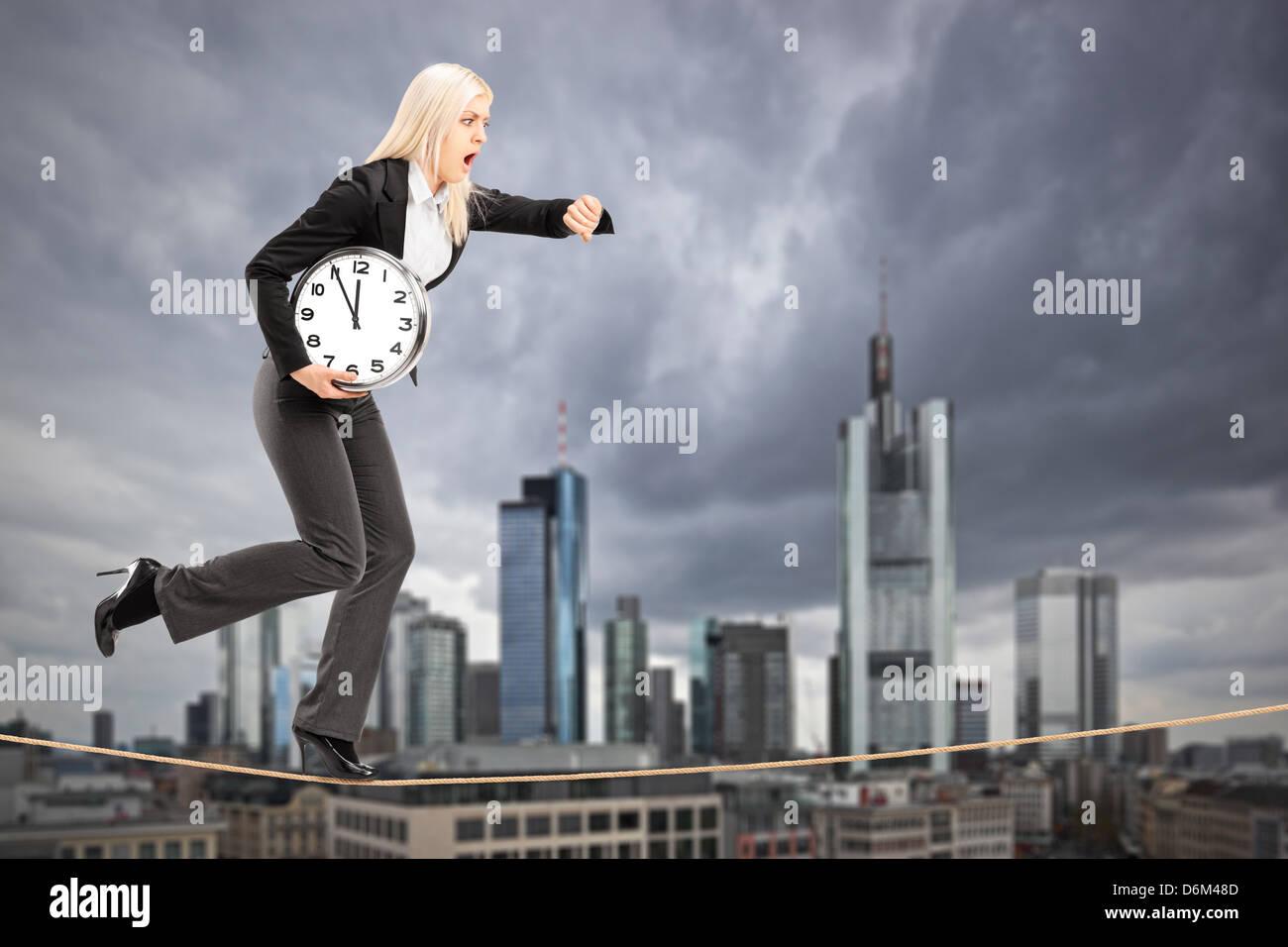Retrato de longitud completa de una empresaria ejecutándose en una cuerda en el centro de negocios de Frankfurt, Foto de stock