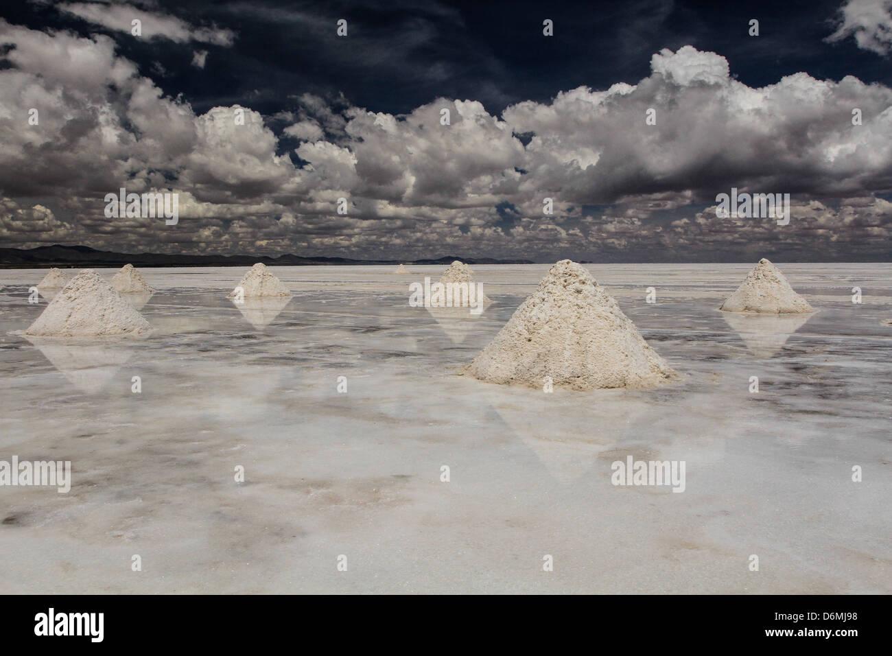 Los montones de sal en las salinas de Bolivia Imagen De Stock