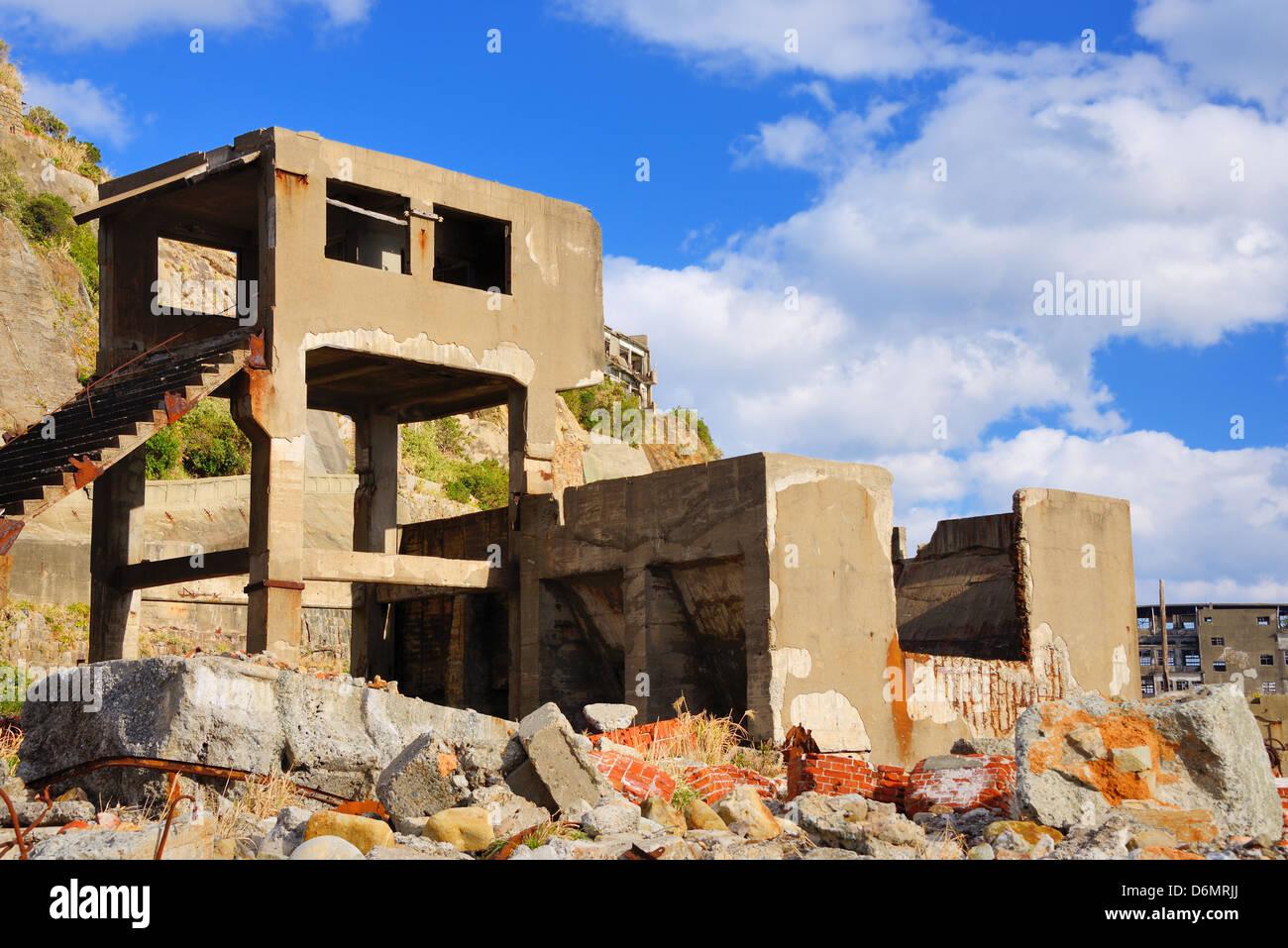 Ruinas en la isla abandonada de Gunkanjima frente a las costas de la Prefectura de Nagasaki, Japón. Foto de stock