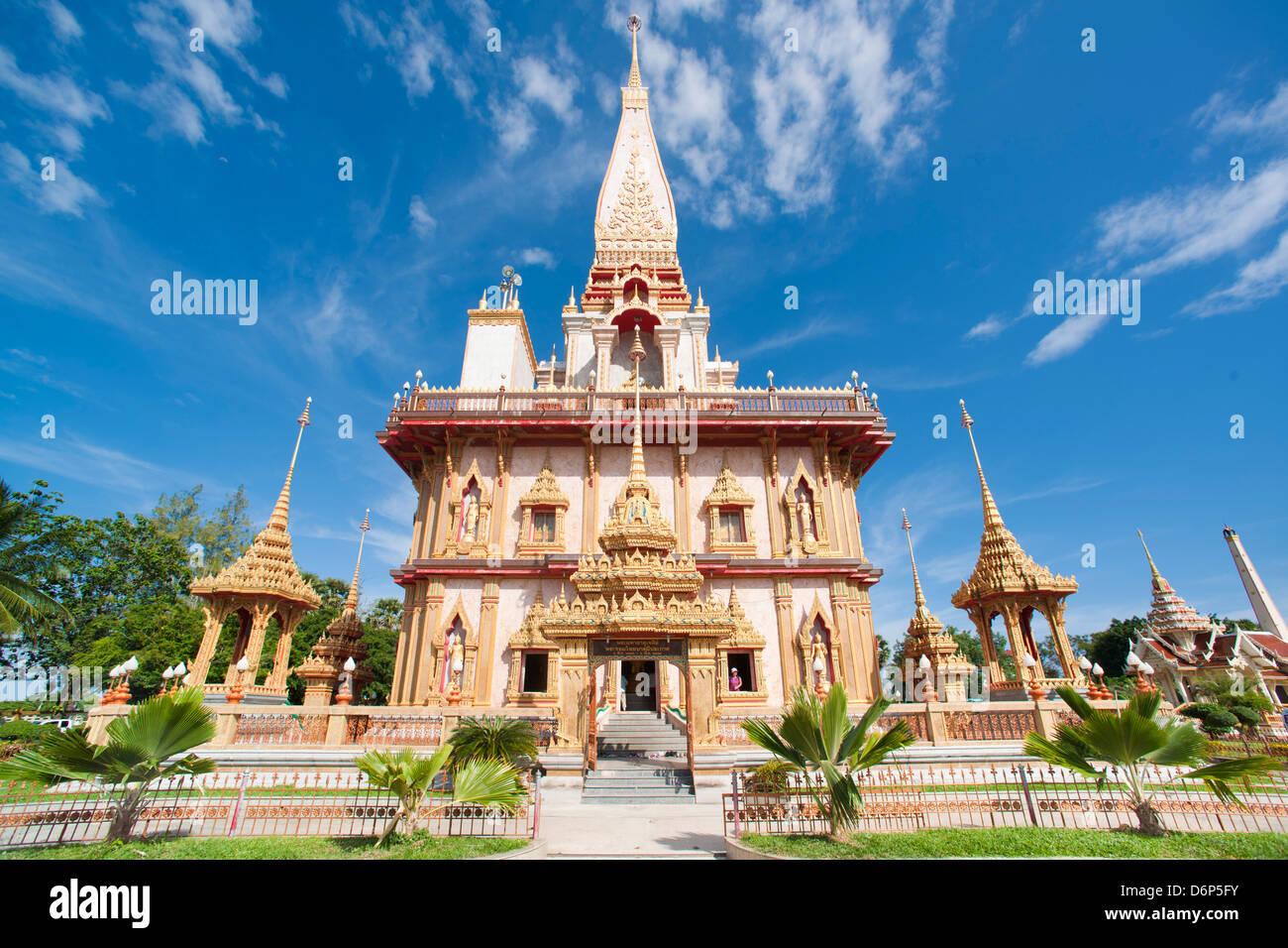 La playa de Karon, el templo budista, la isla de Phuket, Phuket, Tailandia, el sudeste de Asia, Asia Foto de stock