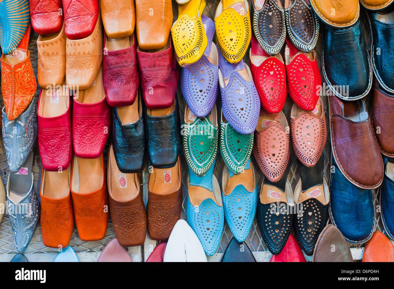 Colorido babouche (mens leather zapatillas) en los zocos de Marrakech, Place Djemaa El Fna en Marrakech, Marruecos, Imagen De Stock