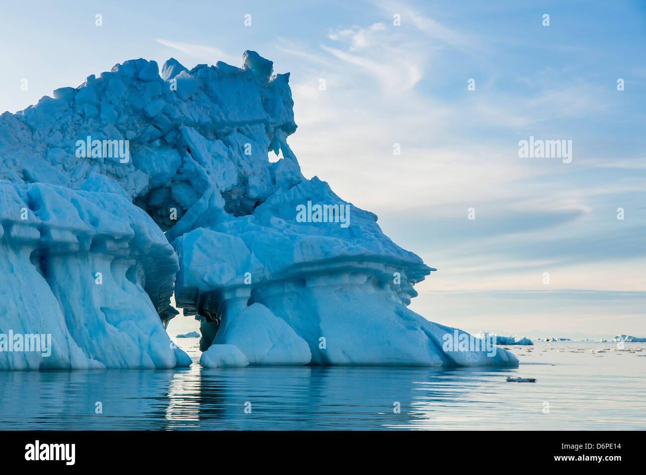 Iceberg, Vikingbukta (Bahía), Viking Scoresbysund, al noreste de Groenlandia, las regiones polares Foto de stock