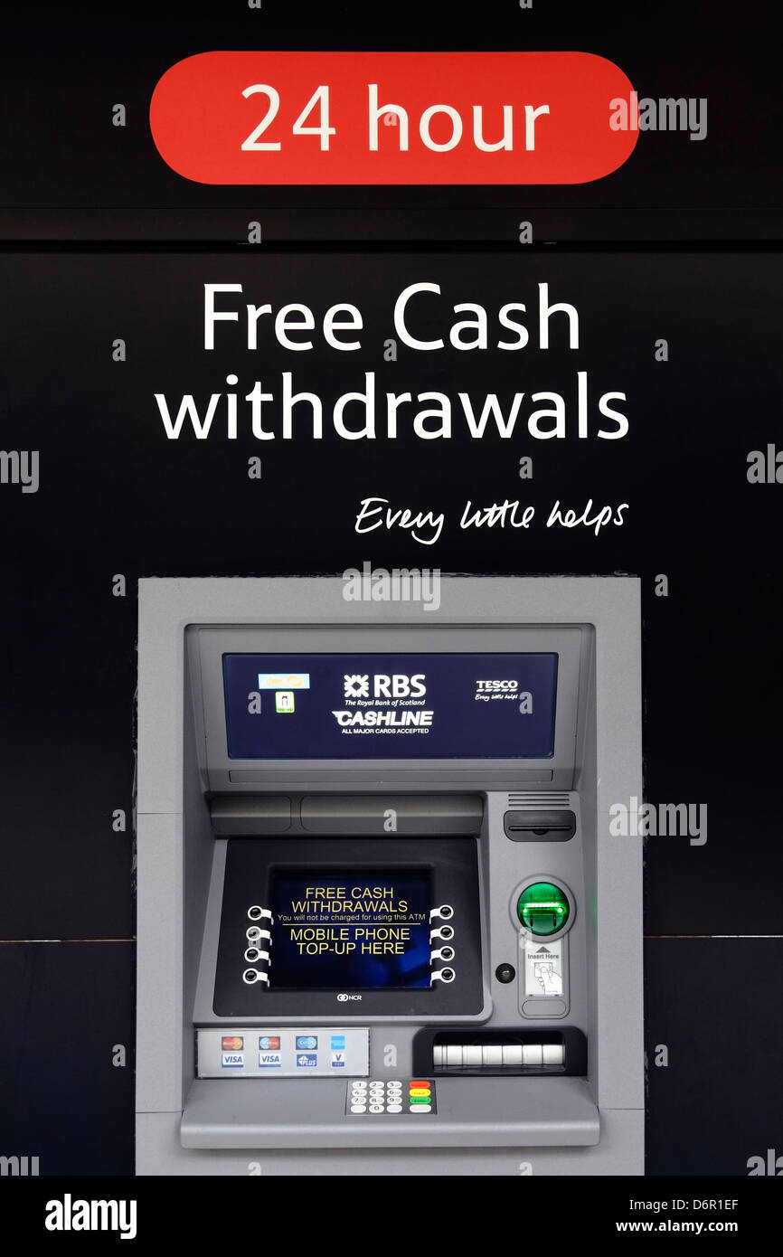 Una máquina de efectivo de 24 horas Tesco Bank que ofrece retiros de efectivo gratis, Glasgow, Escocia, Reino Unido Foto de stock