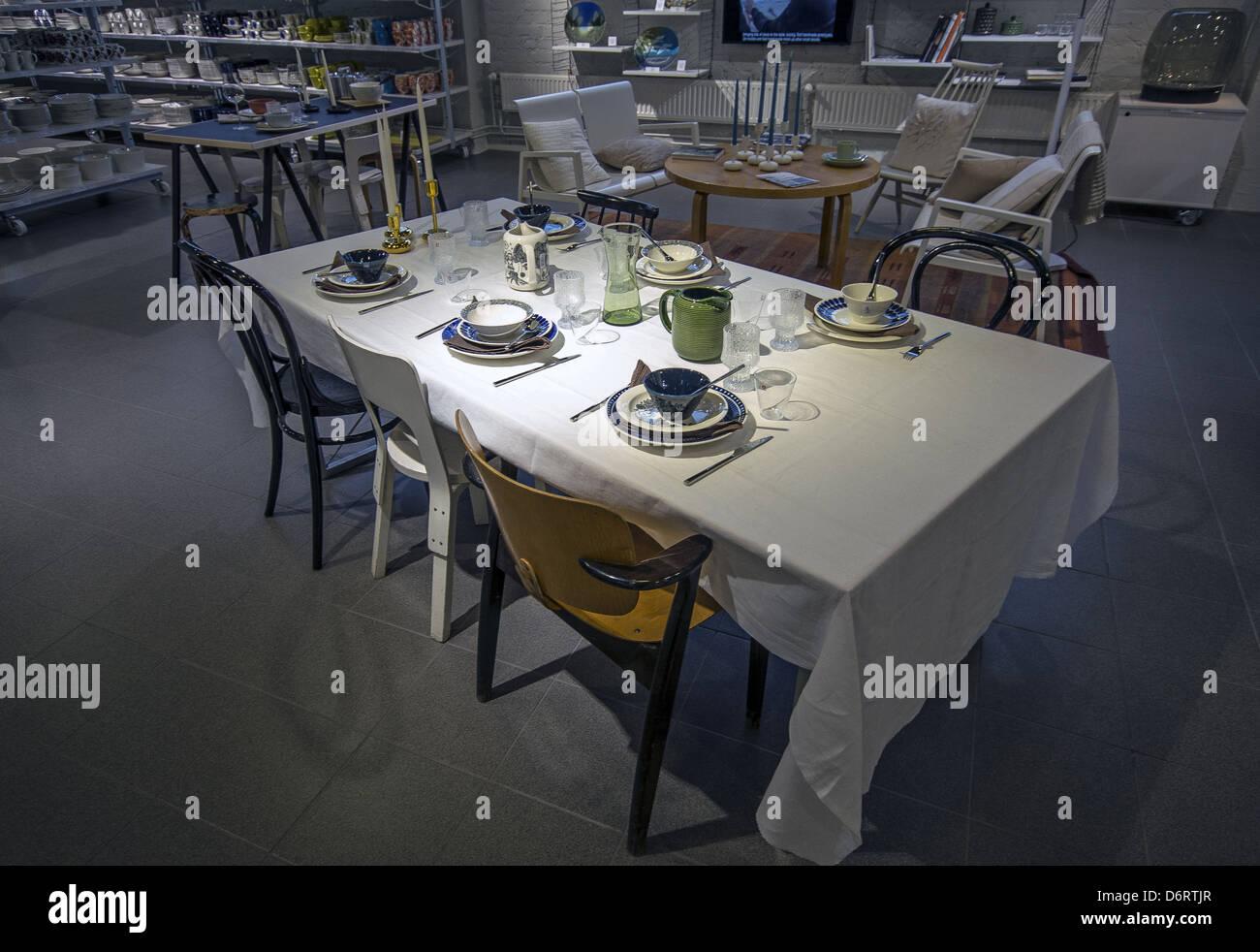 Cristalería mostrar en la tienda outlet de iittala en el saudita edificio industrial en Helsinki, Finlandia Imagen De Stock