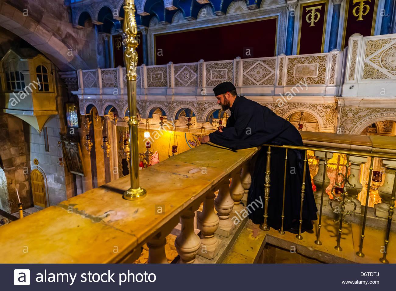 Una misa ortodoxa armenia, la Iglesia del Santo Sepulcro, Barrio Cristiano de la Ciudad Vieja, Jerusalén, Israel. Imagen De Stock