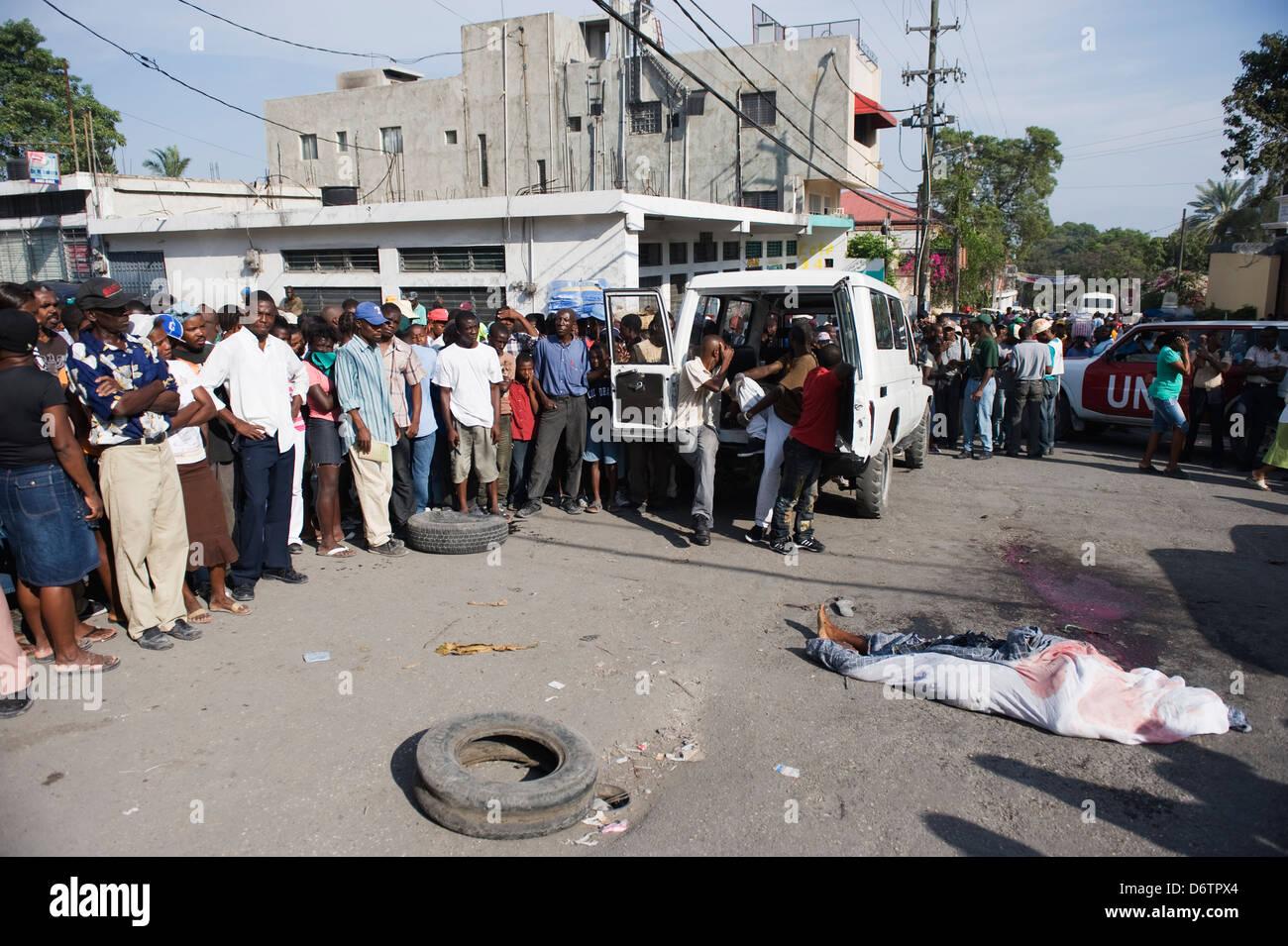 Golpear y correr víctima, el terremoto de enero de 2010, Port-au-Prince, Haití, el Caribe Imagen De Stock